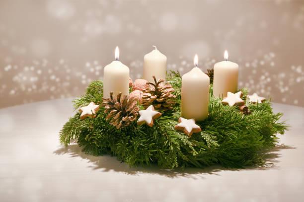 tredje advent - dekorerad advent krans från fir och evergreen grenar med vita brinnande ljus, tradition i tiden före jul, varma bakgrund med festliga bokeh och kopiera utrymme - advent bildbanksfoton och bilder