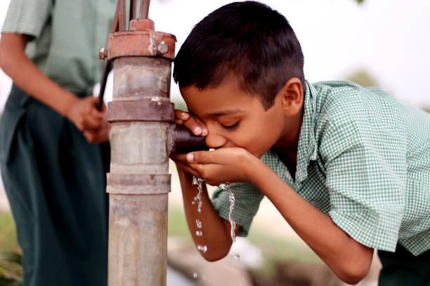 durstiges trinkwasser für wasser auf wasserpumpe - eisenmangel was tun stock-fotos und bilder