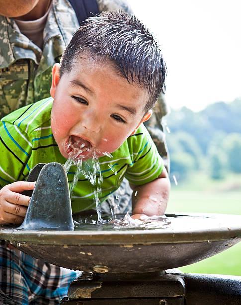 durst für wasser - leitungswasser trinken stock-fotos und bilder