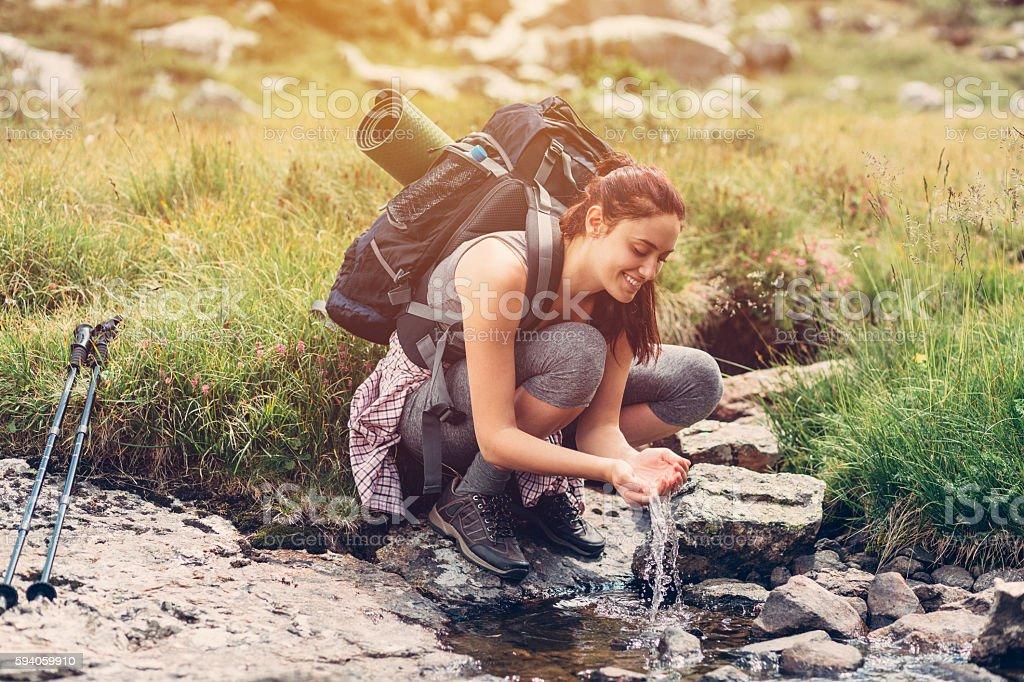 Thirsty hiker enjoying the water – Foto