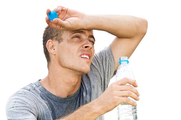 Hombre bebiendo absorbentes - foto de stock
