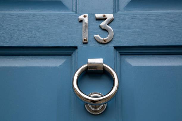 dreizehn anzahl an blauen tür - number 13 stock-fotos und bilder
