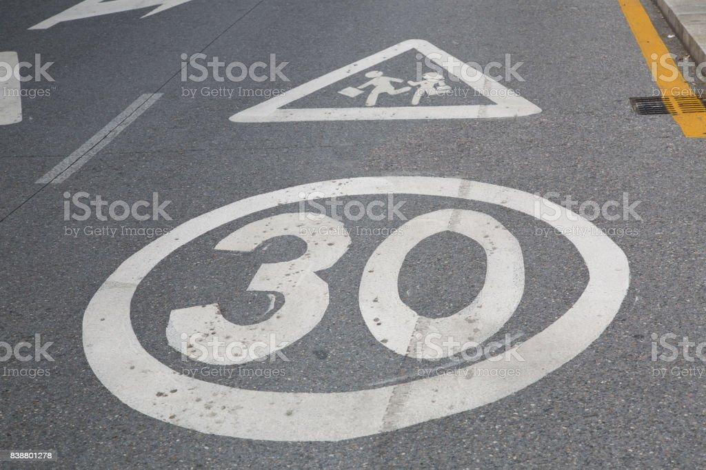 30 señal de límite de velocidad fuera de la escuela - Foto de stock de Aire libre libre de derechos