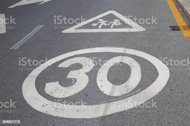 30 Señal De Límite De Velocidad Fuera De La Escuela Foto de stock y más banco de imágenes de Aire libre