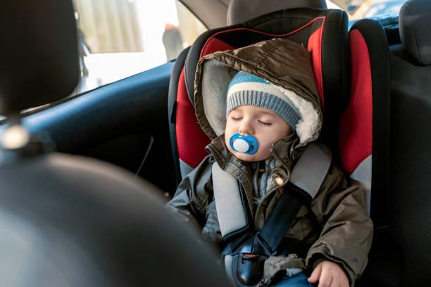 ce trajet en voiture va être un rêve - child car sleep photos et images de collection