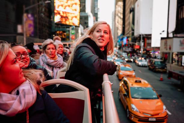 diese stadt ist schön - tour bus stock-fotos und bilder