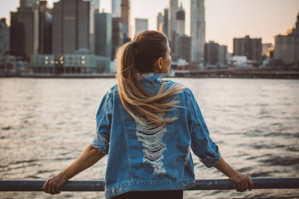 esta ciudad es impresionante - chica rubia espaldas fotografías e imágenes de stock