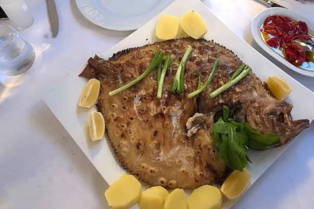 este nombre de pescado es el nombre tradicional kalkan en turquía - rodaballo fotografías e imágenes de stock