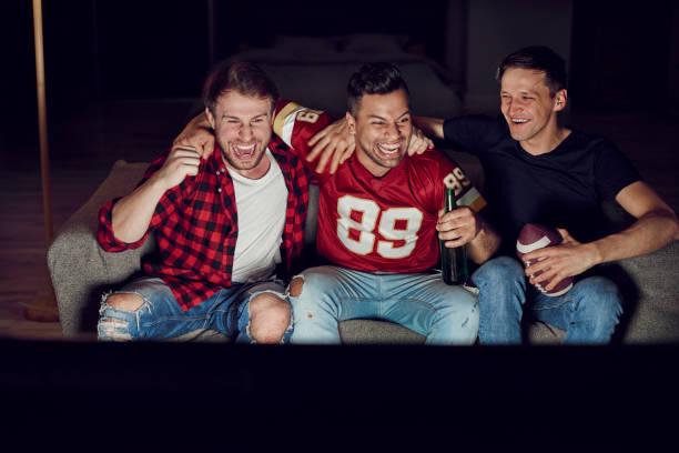 deze voetbalwedstrijd was geweldig - football friends tv night stockfoto's en -beelden