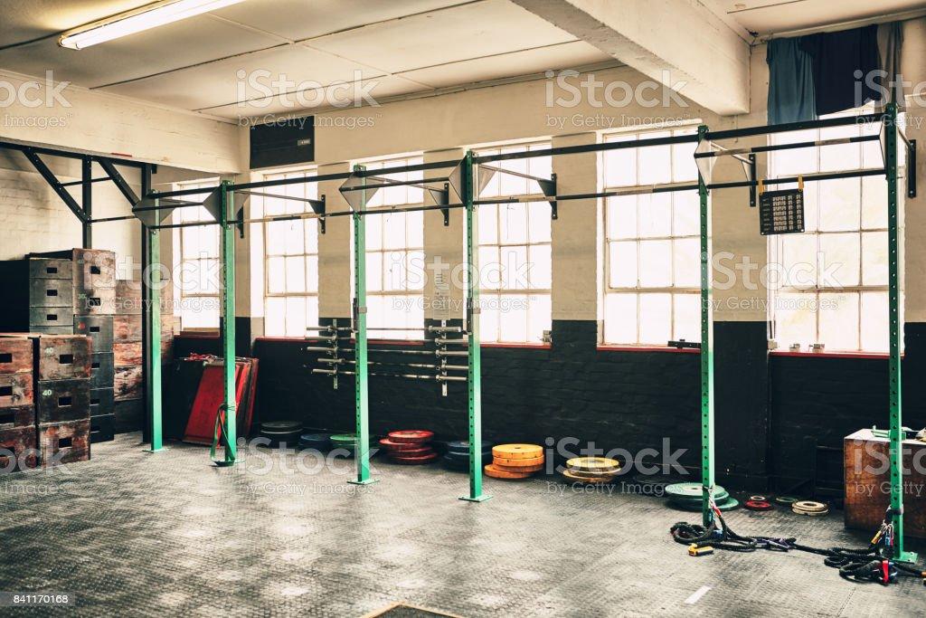 Dieses Fitness-Studio ist komplett ausgestattet. Lizenzfreies stock-foto