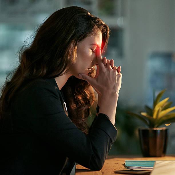 this headache is pushing me back from work - rot bekümmerte möbel stock-fotos und bilder