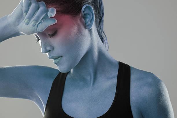 diese kopfschmerz nur nicht aus dem weg gehen  - mit muskelkater trainieren stock-fotos und bilder