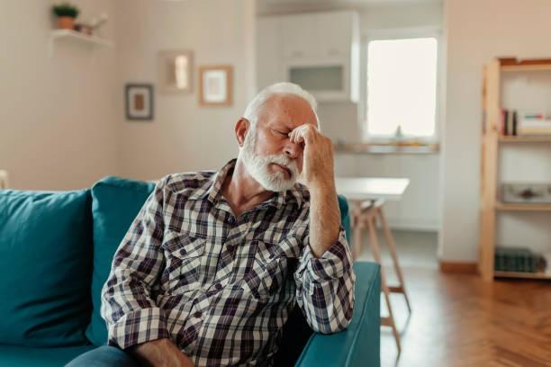 denna huvudvärk! - kronisk sjukdom bildbanksfoton och bilder