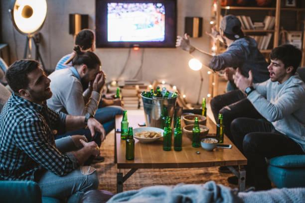 dies ist die nacht für win, ich kann es fühlen - spielabend snacks stock-fotos und bilder