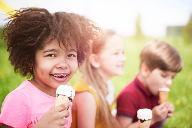 das ist unser lieblings-snack! - mensch isst gras stock-fotos und bilder