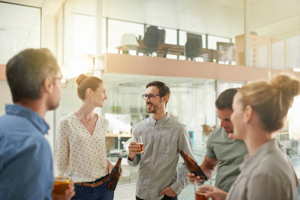 これは何の金曜日の彼らの会社のようで - 社内パーティ ストックフォトと画像