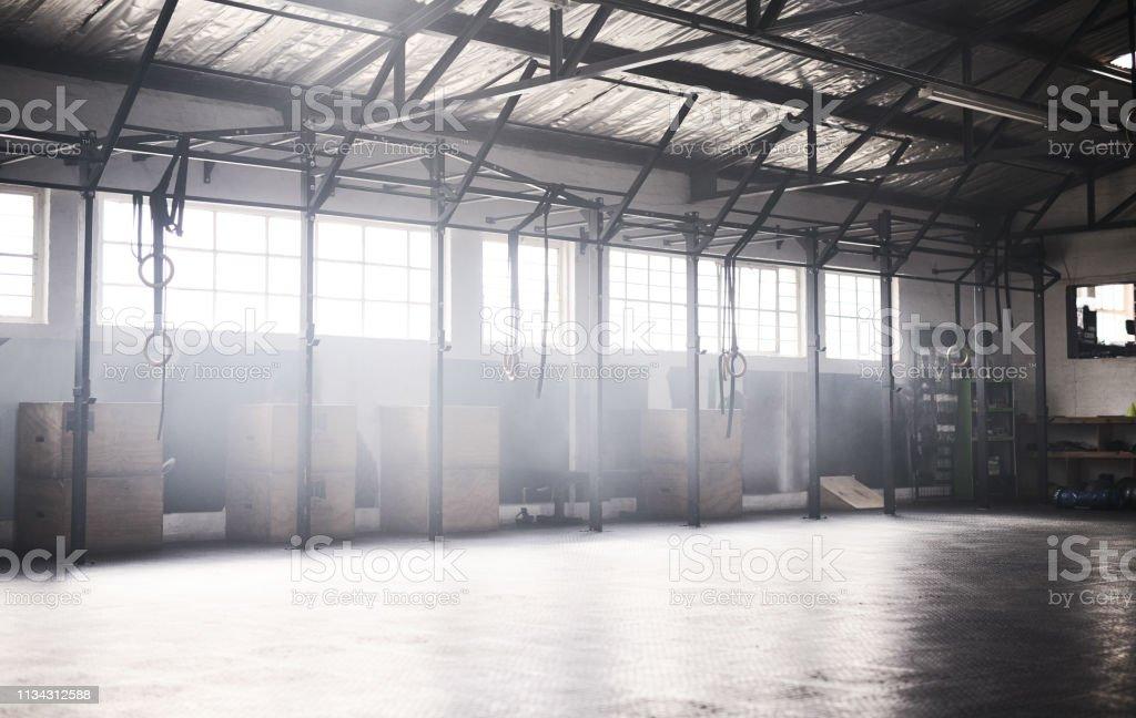 Este é o lugar onde você vai desafiar a si mesmo - Foto de stock de Academia de ginástica royalty-free