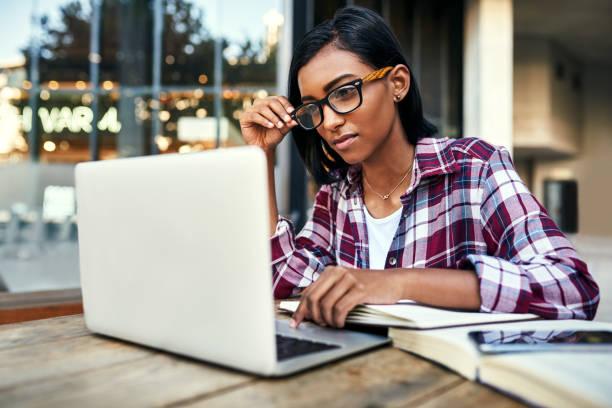 dies macht studieren und tun so viel einfacher aufgaben - damen shirts online stock-fotos und bilder