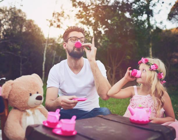 dieser tee ist toll - kinder picknick spiele stock-fotos und bilder