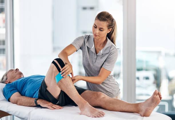 isso vai ajudar a apoiar o seu joelho - ortopedia - fotografias e filmes do acervo