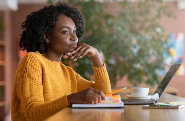 tankeväckande afro kvinna söker nytt jobb på nätet - new job bildbanksfoton och bilder