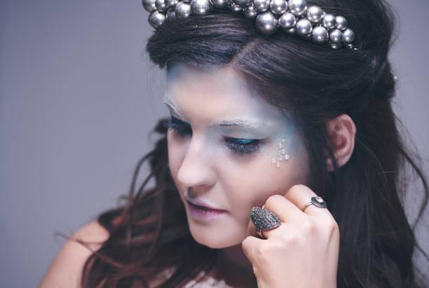 nachdenklich und traurig eisjungfrau im studio gedreht - königin kopfteil stock-fotos und bilder