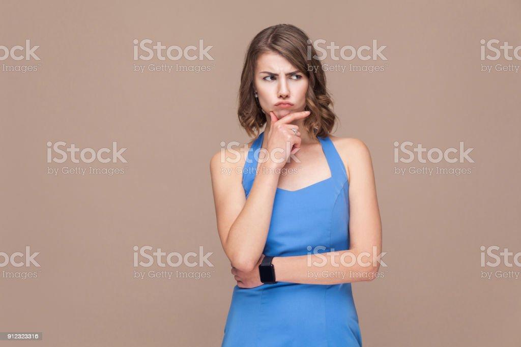 Nachdenklich Geschäftsfrau nachschlagen und denken. – Foto