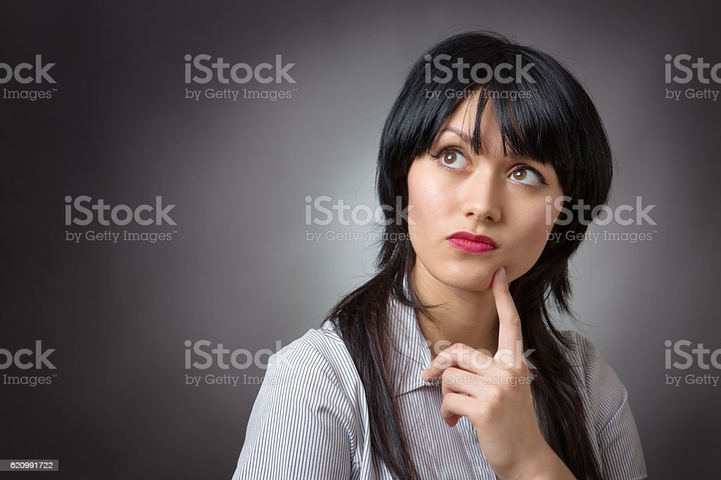 thoughtful business woman looking up foto royalty-free