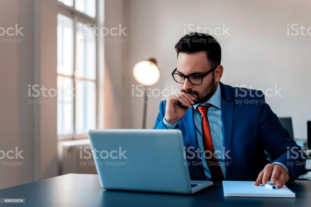 Nachdenklich Geschäftsmann im Büro, am Laptop arbeiten. – Foto
