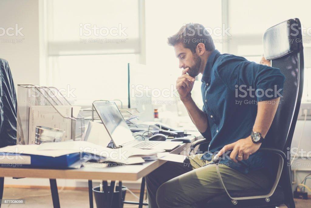 Nachdenklicher Blick auf Laptop im Büro Geschäftsmann – Foto
