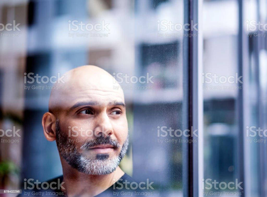Nachdenklich Geschäftsmann durch Fenster gesehen – Foto