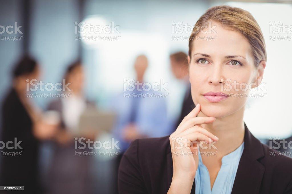 Femme d'affaires gentil avec la main sur le menton photo libre de droits