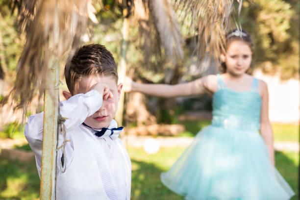 les enfants sont bien pensées - circoncision photos et images de collection