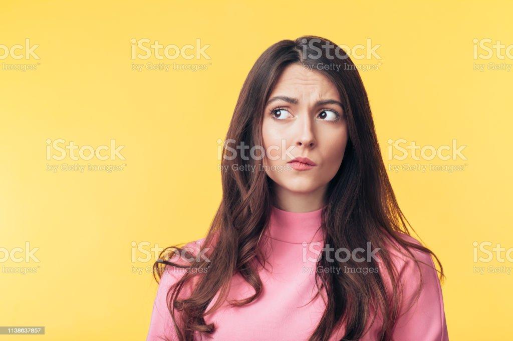 Düşünceli karışık kadın uzak sarı arka plan üzerinde izole bakıyor - Royalty-free Arka görünüm Stok görsel