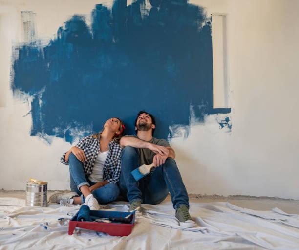 Nachdenkliches Paar malerei ihr Haus – Foto