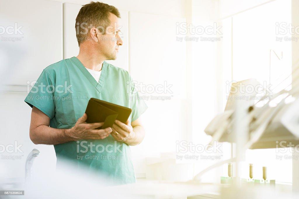 Aufmerksamen Arzt hält digitale Tablet in Klinik – Foto