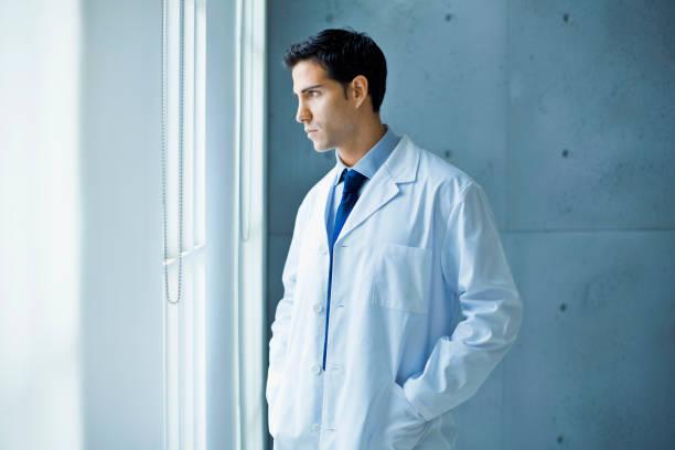 Nachdenklich Arzt Blick durch ein Fenster – Foto
