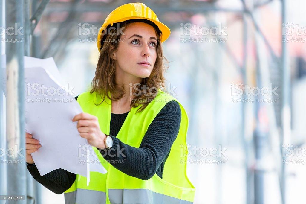 Durchdachte weibliche Engineer bei der Arbeit. Im Freien – Foto