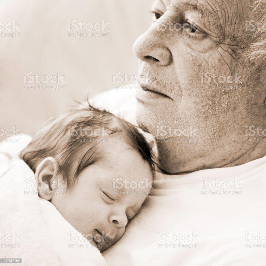 Durchdachte Großvater mit baby Enkel Schlafen auf seiner Brust, sepia – Foto