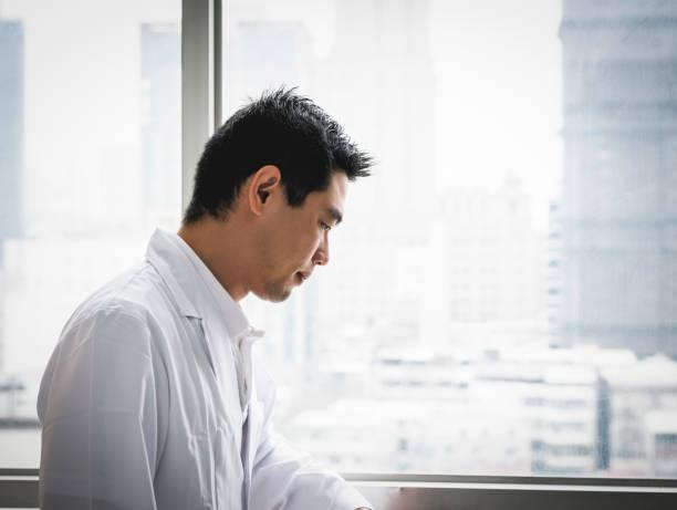 Nachdenklicher männlicher Arzt im Krankenhaus – Foto