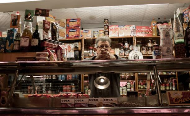 Nachdenklicher Mann wartet in der Markthalle in Alicante, Spanien, auf Kunden. – Foto