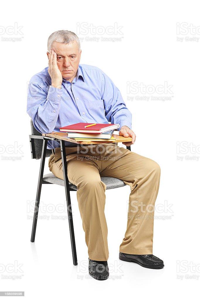 세심한 중년 남자 강의실형 의자에 앉아 royalty-free 스톡 사진