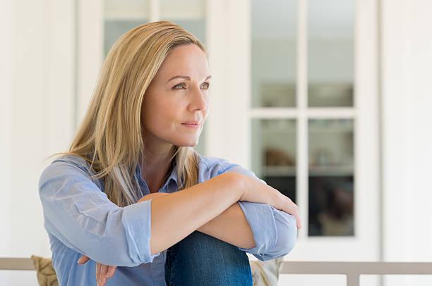 Pensativa mulher madura - foto de acervo