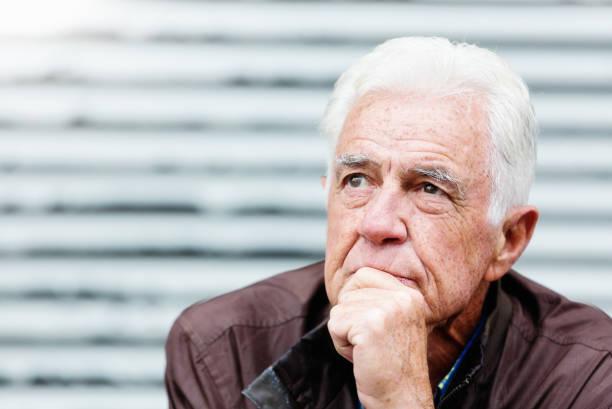 Nachdenklicher Senior sieht ernst aus, wenn er über das Leben nachdenkt – Foto