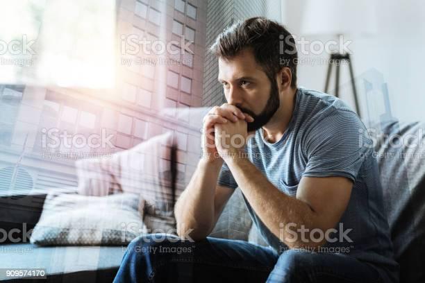 Nachdenklicher Ernster Mann Sitzen Und Denken Stockfoto und mehr Bilder von Abgeschiedenheit