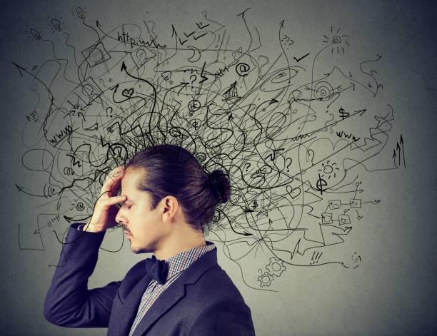 nachdenklicher gestressten mann mit einem durcheinander im kopf - hard to concentrate stock-fotos und bilder