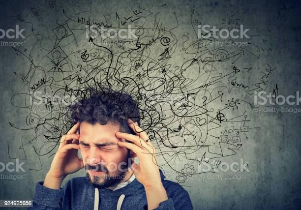 彼の頭の中の混乱で若い男を強調した思いやりのあります - 1人のストックフォトや画像を多数ご用意