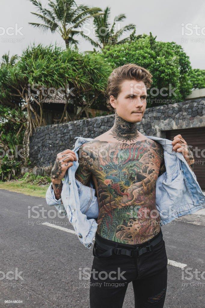 düşünceli dövme kot ceket giyiyor ve uzağa bakarak adam, bali, Endonezya - Royalty-free Adamlar Stok görsel