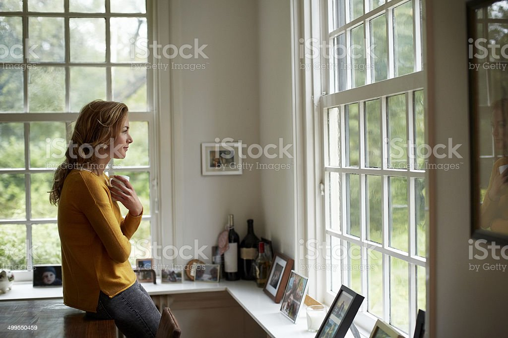 Thoughtful woman having coffee in cottage - Royalty-free 30-34 jaar Stockfoto