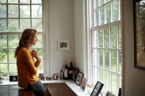 Thoughtful Woman Having Coffee In Cottage Stockfoto en meer beelden van 30-34 jaar